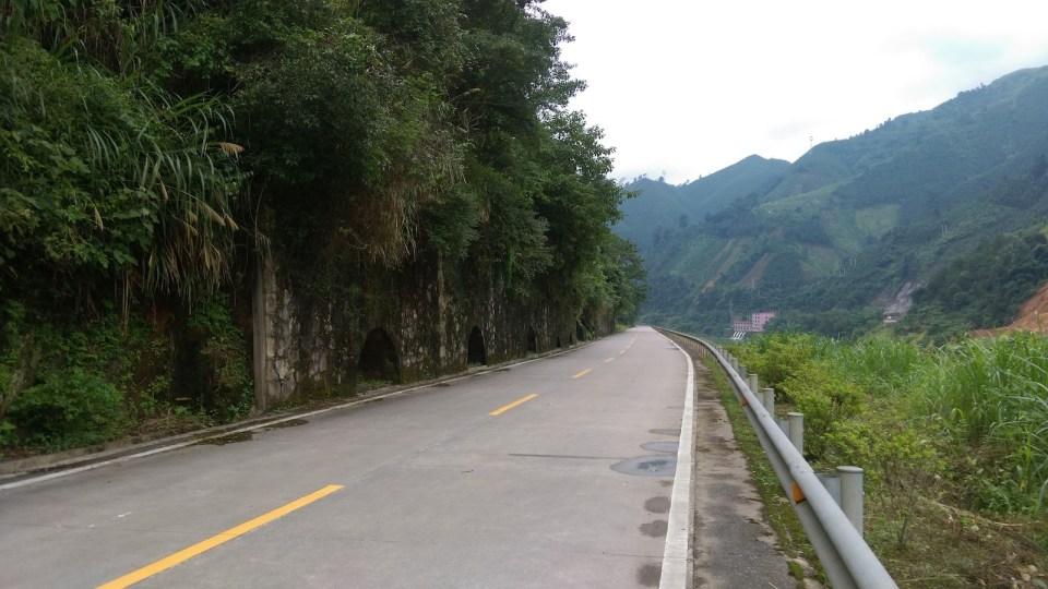 舊京廣線已改建為公路,路旁保存不少鐵路的護土牆。