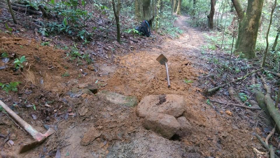 常見的跳台和彎位並非簡單地把泥土堆起就成事,而是用石塊從下(大石)至上(小石)堆起,最後鋪上泥土。