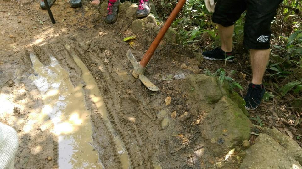 除跳台外,亦挖掘排水渠以疏導積水。