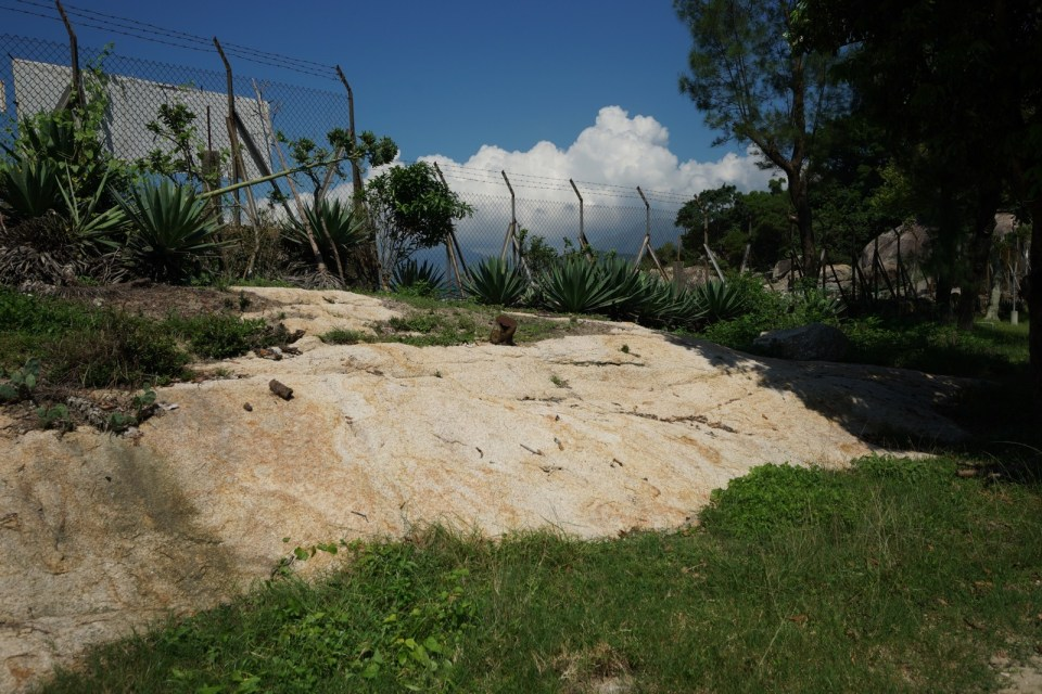 「岩石挑戰」:爬上光滑岩石,在石頂轉 90 度彎,然後落斜,考驗控車技術,親身試過,絕非容易。