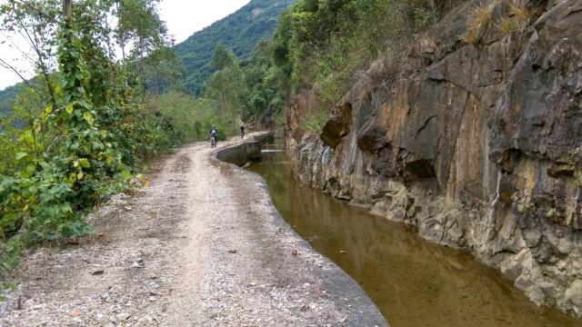 依山而建的引水道。