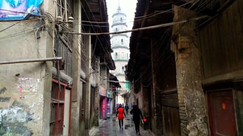 汝城文塔屹立在古色古香的窄巷後。