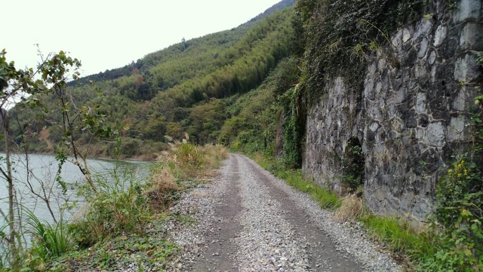 穿過隧道後,鐵路路基旁仍見護土牆及避車洞。