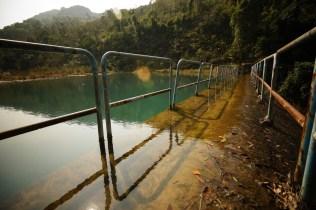 大壩下的水同樣藍裏透綠,十分好看。