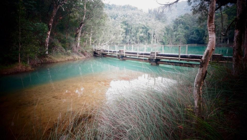沿塘畔興建的引水管是水塘的特色。