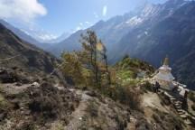 左邊是往 Kyangiuma 的山路,中間的兩個雪峰是 Cholatse(6335m)及 Taboche Peak(6367m)。
