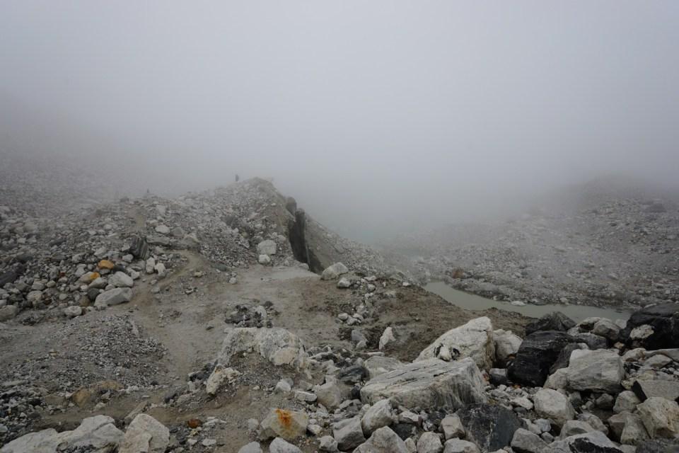 霧久久不散,橫過冰川時要靠疊石指路。
