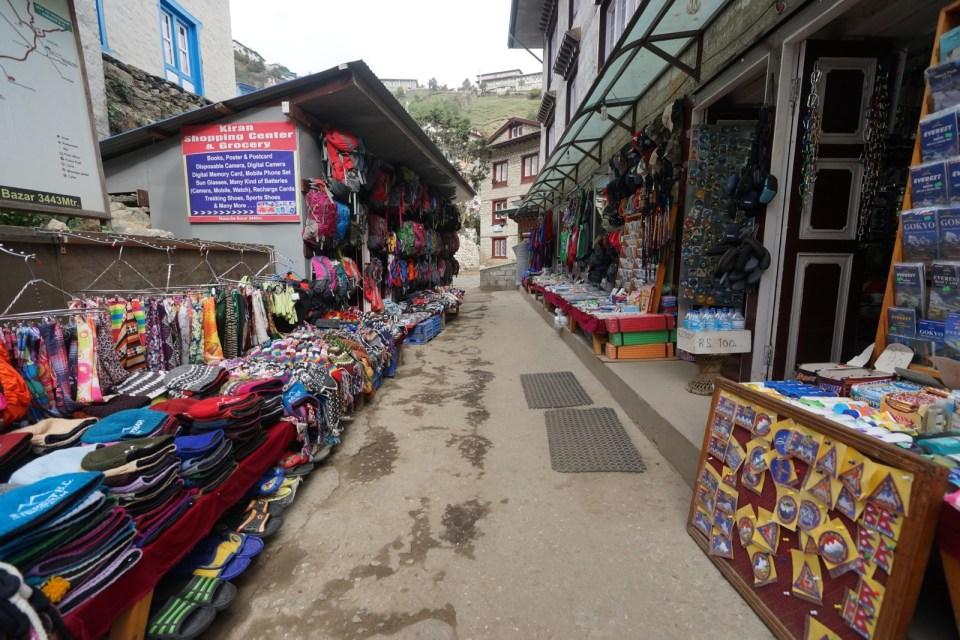 部分登山裝備可以在 Namche 最後「補購」,一些在香港不常用的雪地用品,可以租,不用買。