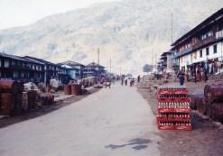 Jiri 只是一條街的小村莊,是「古典 EBC」路線的入口。入口處有一塊石碑,刻着 0 km。