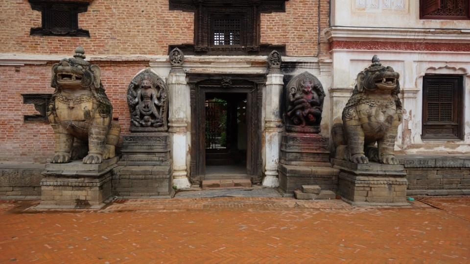 遊人必看名勝:皇宮外的 Lions Gate。