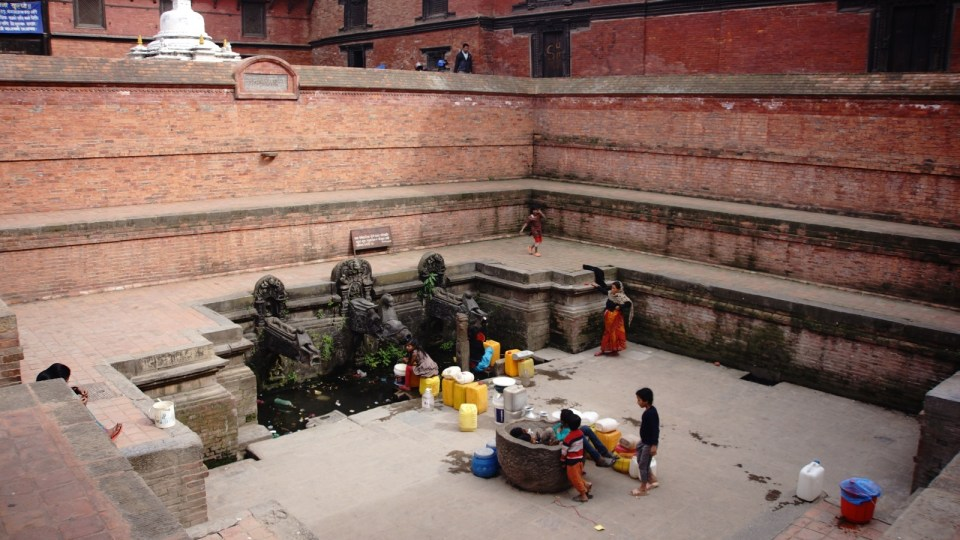 Manga Hiti 水池,池中三個鱷魚形態的出水口,是當地人打水和沐浴的地方。