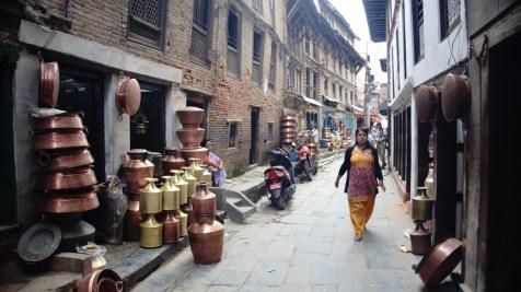 本地人的市集裏有不少器皿店,相中這種大 size 當然不方便遊客攜帶,但店裏有很多銅和鋼水杯 -- 在香港的尼泊爾餐廳也見過 -- 不妨買幾隻。