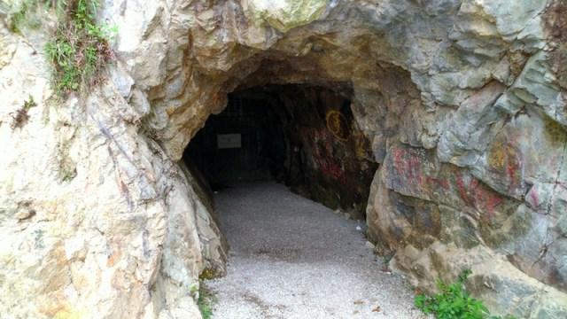 位於奧運徑,已封的上洞入口。