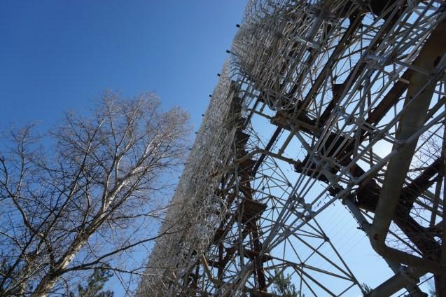 雷達主要由兩種金屬組成,生銹的是支架,白色是接收組件。