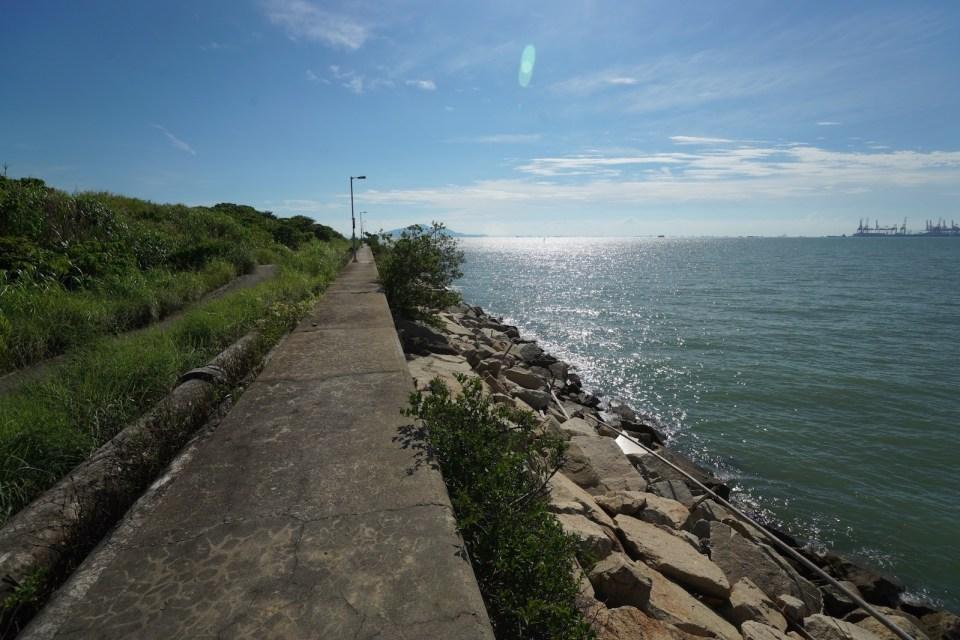 煤灰湖與后海灣只隔短短十米堤壩。