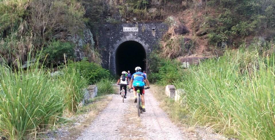 這段路最好玩的,就是以單車穿過幾條舊火車隧道。