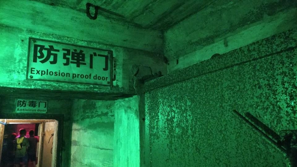 地下基地入口有四扇鐵門:防爆門、防毒門、防化門和安全門。(留意本文影片)