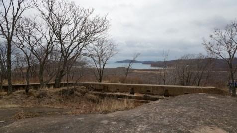 Fort Number 11 監察着南方,前端的石屎地是堡壘頂部。