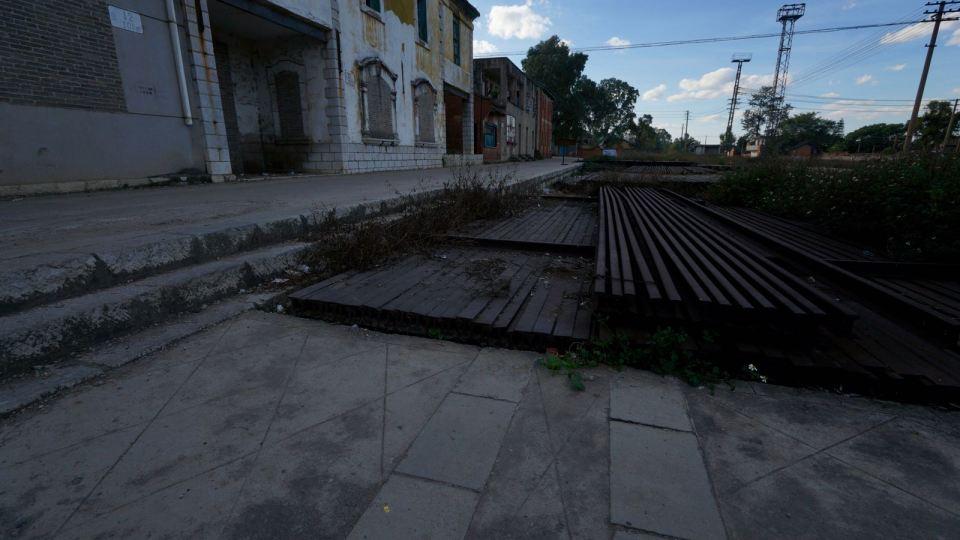 拆下的舊路軌,整齊鋪在月台上。