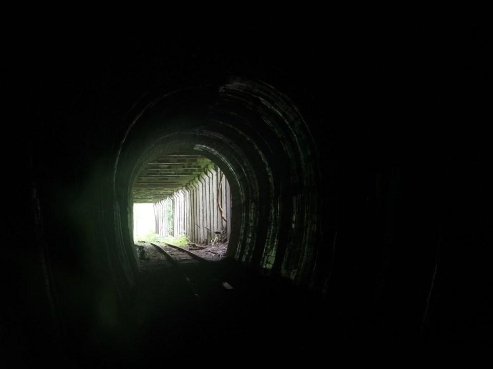 隧道呈 S 形,因此接近出口時從順時針轉向逆時針。