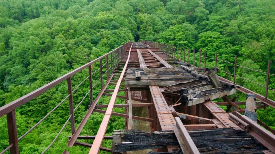 2006 年 Witch's Bridge 被山火波及,橋上枕木大部分被焚毀。