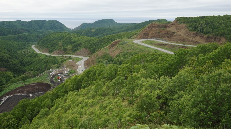 來往 Kholmsk 和南薩哈林斯克的公路。