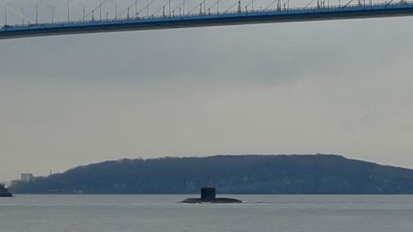 潛艇經過俄羅斯島大橋下,航向金角灣的海軍基地。