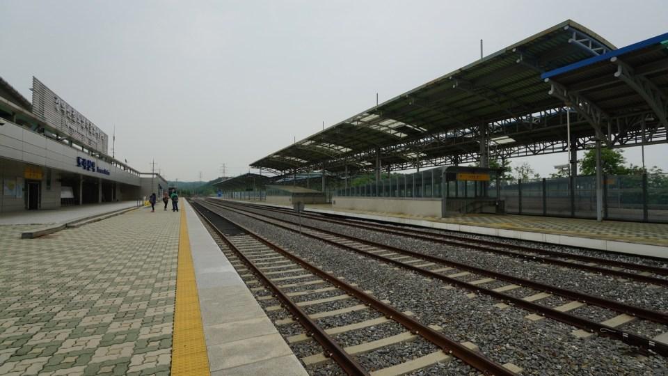 都羅山站是從南韓北上平壤的火車站,由於南韓政治風波,現今沒有班次來往南北韓。