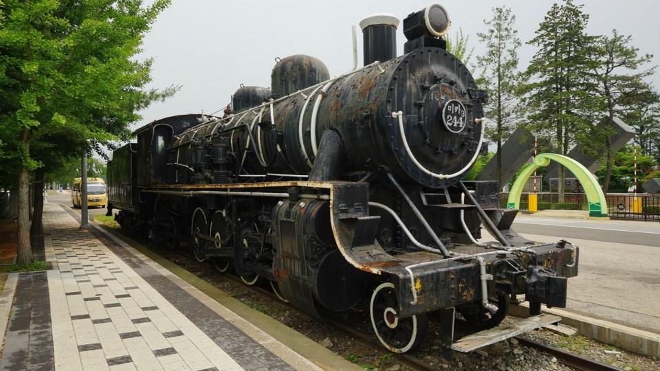 站外舊火車頭。