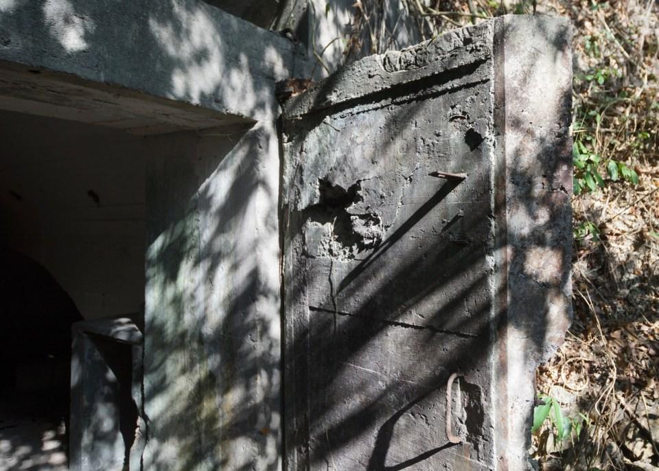 門是方正平板的,並非常見的弧形。