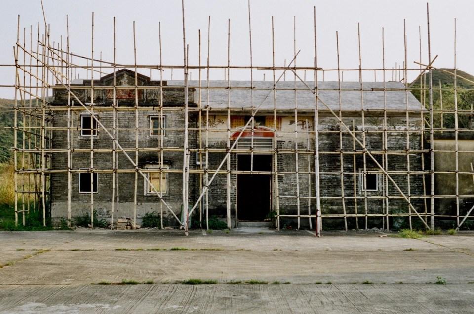 復修中的鄉公所,保留舊建築原本外觀,裏面已用水泥鋼筋代替木樑。