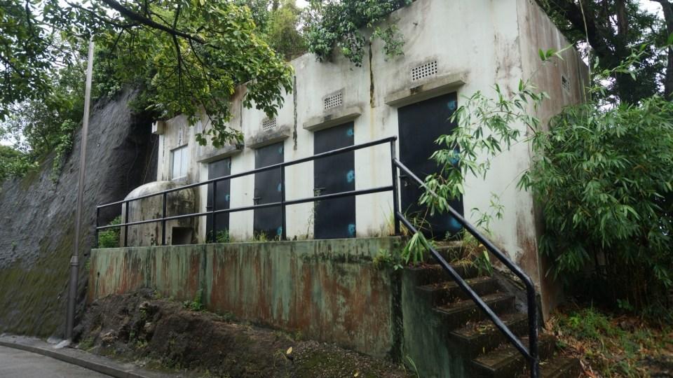 不遠處的另一座發電機機房較小,四扇門是獨立小倉庫。