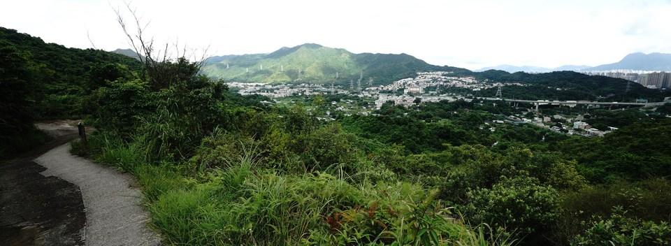 從牛牯嶺軍路眺望,從左起是九龍坑大窩、康樂園、林村,右遠處是太和邨,最遠處是馬鞍山。