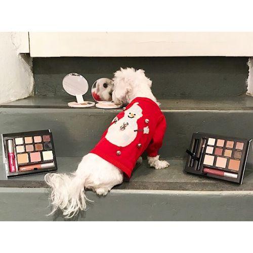 """Spegel, spegel... dessa paletter från Pür Cosmetics är allt du behöver när du är """"on the go"""". Penny är idag iförd sin bjällerklang tröja med snögubbar."""