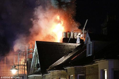 بالفيديو .. رجل يقذف «المطافي» بالحجارة لمنعهم من إطفاء النيران