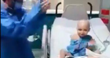 """""""الدكتور الفرفوش رزق"""".. طبيب يشارك طفل مريض بالسرطان الرقص"""