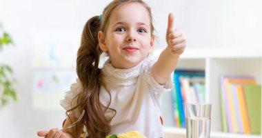 محتارة تأكليه إيه.. اعرفى قائمة الأطعمة والمشروبات المناسبة لطفلك