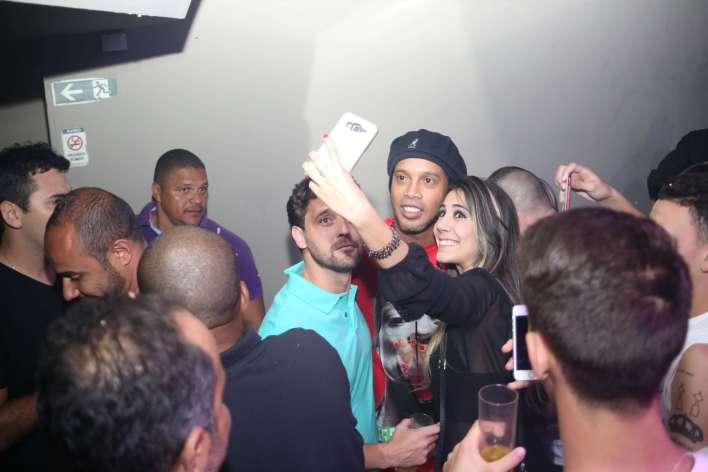 Ronaldinho-parou-a-festa Title category