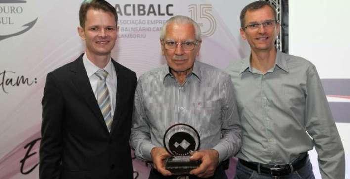 Gustavo-e-Leandro-Santos-da-Santos-Centro-Automotivo-foi-homenageada-pelo-seus-50-anos-e-recebeu-o-troféu-das-mãos-do-presidente-Augusto-Munchen Title category