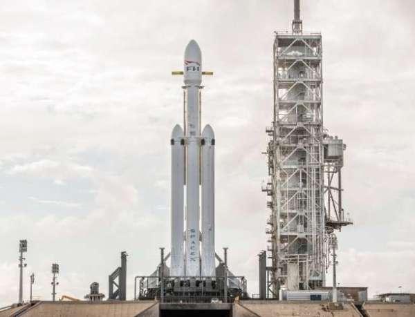 apos-anos-de-atraso-o-falcon-heavy-capaz-de-transportar-mais-de-63-mil-quilos-para-orbita-terrestre-baixa-pode-ser-lancado-ate-o-final-de-janeiro-1517353625010_615x470 Title category