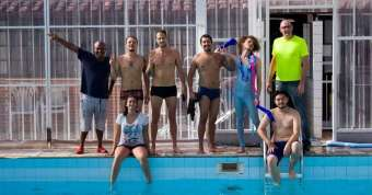 Pode-Me-Chamar-de-Bixa-equipe-cena-da-piscina-340x178 Title category
