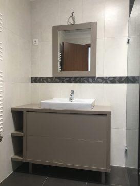 Extra matt, fogantyú nélküli fiókok a mosdó alatti szekrényben a fürdőszoba bútor részeként. A szerkény és a tükör teljyes színazonosságban.