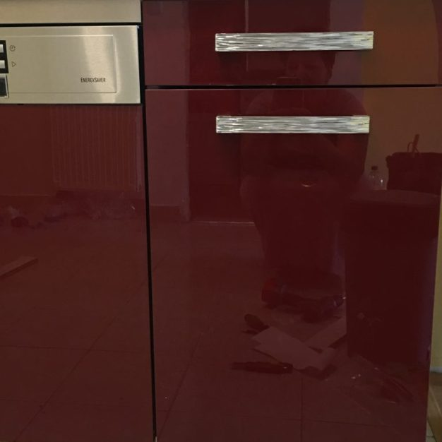 Magas fényű akril bútorajtók a konyhaszekrény felületén