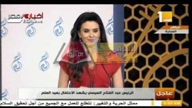 Photo of وزير التعليم العالى يهدى درع عيد العلم للرئيس السيسى