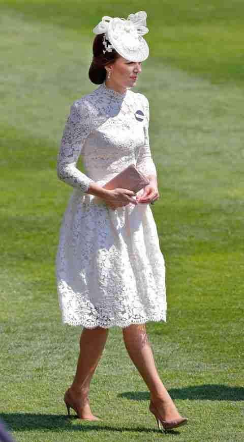 Kate in un vestito in pizzo bianco