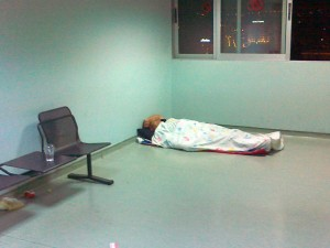 Ύπνος συνοδού στο πάτωμα. Ειδικευόμενοι Ιατροί. Αγροτικοί εξειδικευόμενοι επικουρικοί νοσηλευτές. eidikeyomenoi eidikeuomenoi