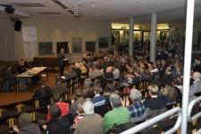 Rund 200 Interessierte kamen zur Gründungsversammlung des Bündnisses gegen Rechts. Bild: Tameer Gunnar Eden/Eifeler Presse Agentur/epa