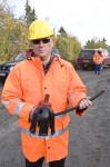 Rainer Karls, Prokurist der KEV, zeigte einige der Isoliermaterialien nach den jüngsten Vogelschutzvorschriften. Bild: Tameer Gunnar Eden/Eifeler Presse Agentur/epa