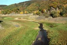 Nur wenig Wasser floss in den letzten Monaten über die Zuflüsse, wie hier am Urftsee, in das Talsperren-System. Dennoch, so der WVER, sei die Trinkwasserversorgung nicht in Frage gestellt. Bild: Michael Thalken/Eifeler Presse Agentur/epa