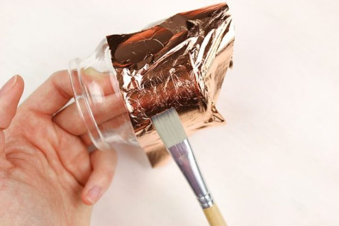 Blattmetall mit einem weichen Flachpinsel aufbringen.